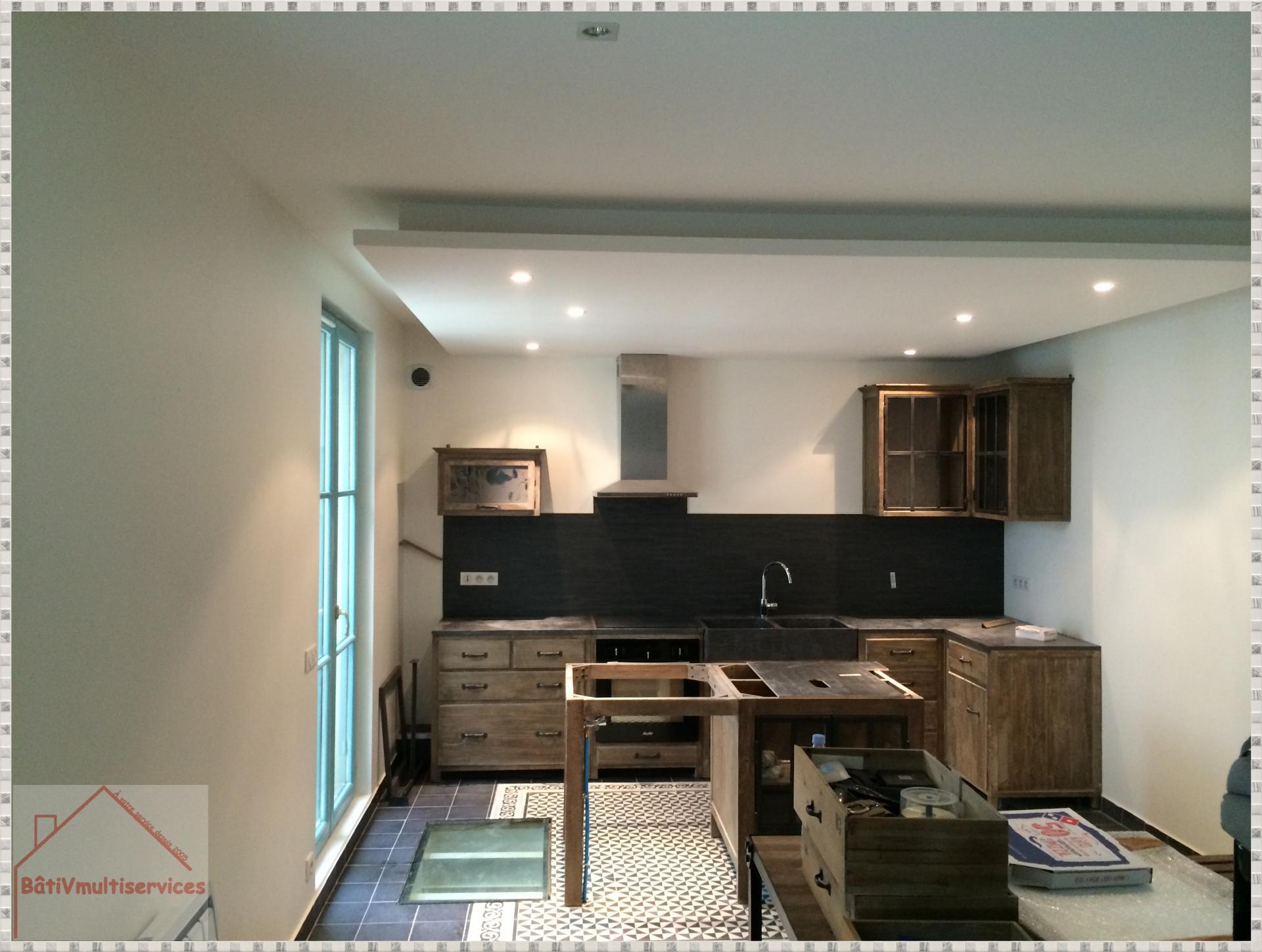 Cuisine bois et plan de travail marbre noir